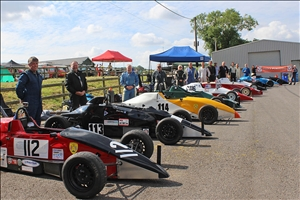 The full line-up of Formula Ford cars and drivers at Gurston (Tracey Inglis-McBeath)